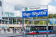 Ein Stadion-Shuttle-Bus steht vor dem Volksparkstadion in Hamburg