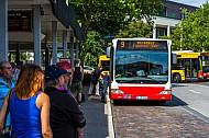 Wartende Menschen am Busbahnhof Rahlstedt in Hamburg