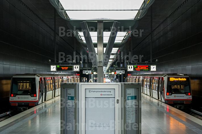Zwei U-Bahn-Züge vom Typ DT4 in der Haltestelle HafenCity Universität in Hamburg mit einer Anzeigetafel im Vordergrund