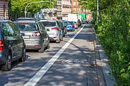 Ein Radfahrstreifen neben einem Auto-Stau in der Edmund-Siemers-Allee in Hamburg