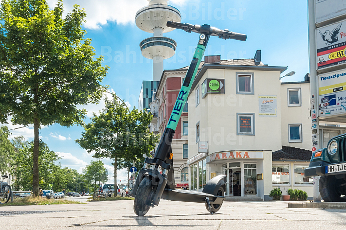 Ein E-Scooter des Lein-Anbieters Tier steht vor dem Fernsehturm in Hamburg