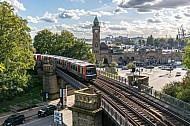 Ein U-Bahnzug vom Typ DT5 auf der Linie U3 an den Landungsbrücken in Hamburg