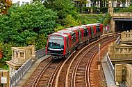 U-Bahn vom Typ DT5 an den Landungsbrücken in Hamburg