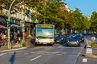 Metrobus der Linie M3 fährt aus Bushaltebucht in Hamburg