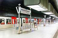 Ein U-Bahn-Zug vom Typ DT5 in der Haltestelle HafenCity Universität in Hamburg - im Vordergrund ein Stationsschild