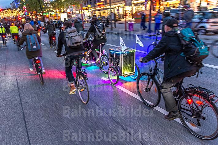 Zahlreiche Radfahrer fahren über die Reeperbahn in St. Pauli in Hamburg und nehmen an der Fahrrad-Demo Critical Mass teil