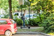 E-Scooter-Fahrerin auf einem Fußweg in Hamburg