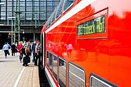 Menschen steigen am Hamburger Hauptbahnhof in Regionalexpress nach Lübeck