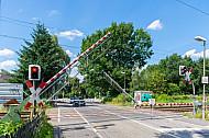 Schranken senken sich am Bahnübergang Am Pulverhof