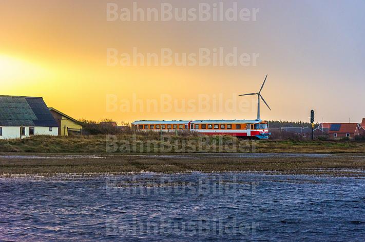 Zug der Lemvigbanen in Harboøre bei tiefstehender Wintersonne