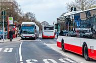 Mehrere Metrobusse an neu gebauter Haltestelle Gärtnerstraße in Hamburg