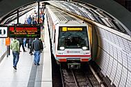 Ein U-Bahn-Zug der Linie U2 fährt in die Haltestelle Hauptbahnhof Nord in Hamburg ein