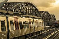 Ein Zug der U-Bahnlinie U4 bei Wintersonne in der Haltestelle Elbbrücken in Hamburg
