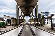 Alte Verladerampe im dänischen Fährbahnhof Rödby mit stillgelegtem Eisenbahngleis(Vogelfluglinie).