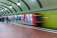 Ein U-Bahn-Zug vom Typ DT5 in der Tunnelhaltestelle Hauptbahnhof Süd in Hamburg