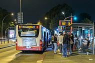 Metrobus am Dammtor in Hamburg bei Nacht