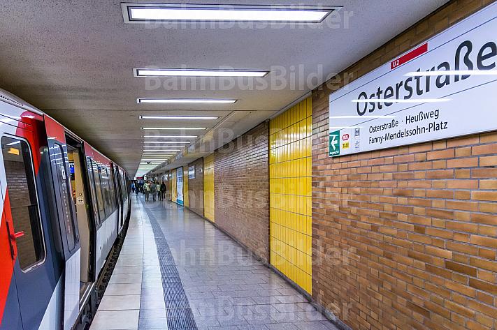 Ein U-Bahn-Zug auf der Linie U2 in der Haltestelle Osterstraße in Hamburg
