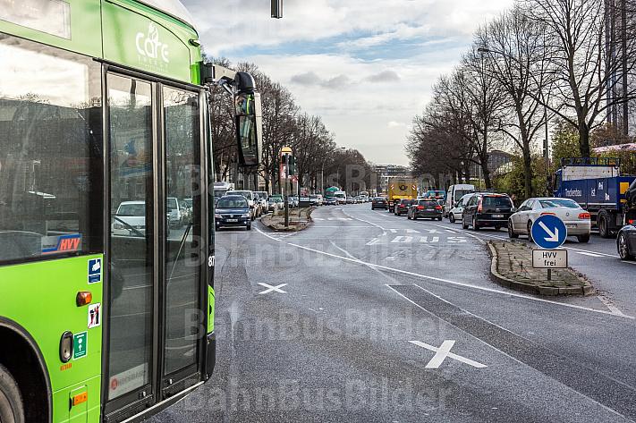 Ein Bus der Linie 5 fährt auf einer eigenen Busspur in Hamburg am Stau vorbei