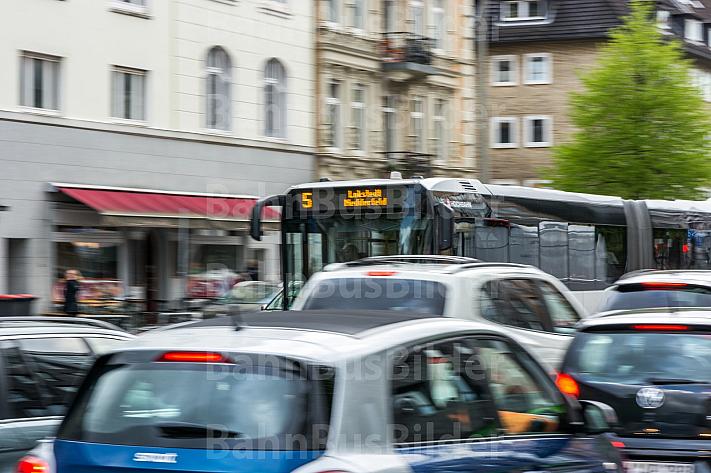 Ein HVV-Bus der Metrobuslinie 5 zieht in der Grindelallee in Hamburg an einem Stau vorbei