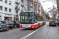 Ein Bus in der Papenhuder Straße auf der Uhlenhorst mit 2. Reihe-Parker