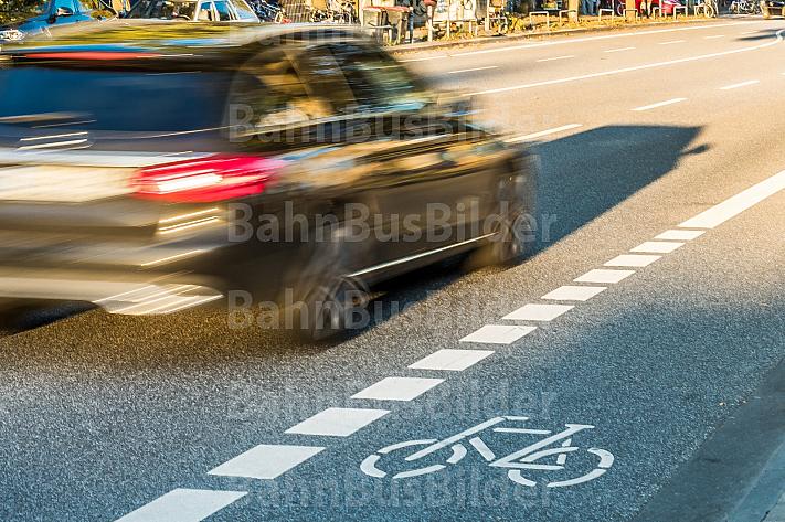 Ein PKW fährt neben einem Fahrrad-Schutzstreifen in Hamburg