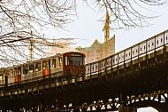 U-Bahn vor Elbphilharmonie in Hamburg im Gegenleicht