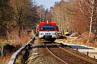 AKN-Triebwagen bei Quickborn in Schleswig-Holstein neben Gleisbauarbeiten
