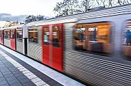 Ein U-Bahn-Zug vom Typ DT3 fährt in die Haltestelle Wandsbek-Gartenstadt in Hamburg