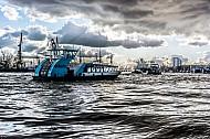 Eine Hamburger Hafenfähre vom Typ 2000 vor den Landungsbrücken