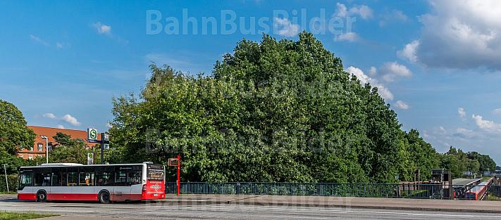 Bus und S-Bahn an Umsteigebahnhof in Hamburg