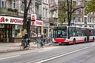 Busse und Fahrradfahrer müssen sich eine gemeinsame Spur teilen (Mühlenkamp in Hamburg)