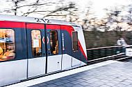 Ein U-Bahn-Zug vom Typ DT4 fährt in die Haltestelle Wandsbek-Gartenstadt in Hamburg ein