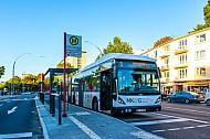 XXL-Bus der Linie M5 am Bezirksamt Eimsbüttel in Hamburg