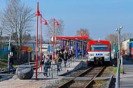 Menschen steigen aus einem AKN-Triebwagen im Bahnhof Hamburg-Schnelsen