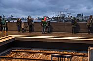 Der U-Bahnhof Elbbrücken in Hamburg mit einer Aussichtsplattform auf die Elbe