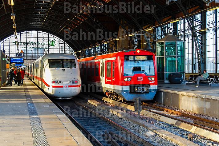 Hamburger S-Bahn neben ICE im Bahnhof Dammtor