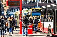 Menschen warten auf mehrere Busse am Gänsemarkt in Hamburg