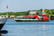 Hadag-Hafenfähren mit Bugwulst in Hamburg