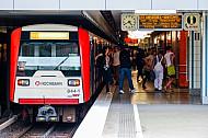 Menschen steigen am Schlump in Hamburg in eine U-Bahn