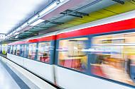 Ein U-Bahn-Zug vom Typ DT4 fährt in die Haltestelle Jungfernstieg in Hamburg ein