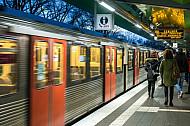 Ein U-Bahn-Zug der Linie U3 fährt in die Haltestelle Wandsbek-Gartenstadt in Hamburg ein