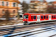 S-Bahn im Schnee auf der Verbindungsbahn in Hamburg
