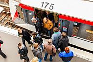 Menschen steigen aus U-Bahn am Bahnhof Landungsbrücken in Hamburg