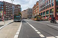 Bushaltestelle und Fahrradspur am Gänsemarkt in Hamburg