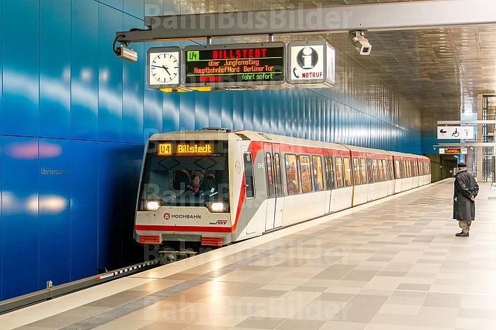 U-Bahn im Bahnhof Überseequartier in der HafenCity in Hamburg