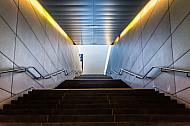 Ein Treppenaufgang an der U-Bahn-Haltestelle HafenCIty Universität in Hamburg an die Oberfläche