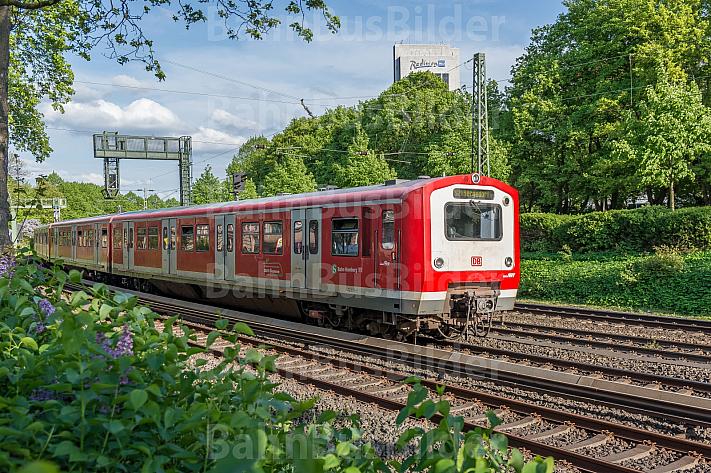 Ein Hamburger S-Bahn-Zug der Baureihe 472 fährt bei Frühlingswetter auf der Verbindungsbahn am Dammtor