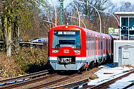 S-Bahn im winterlichen Hamburg am Bahnhof Klein Flottbek mit Formsignal (Bewegungsunschärfe)
