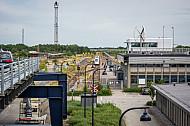 Ein ICE wartet im dänischen Fährbahnhof Rödby auf die Verladung auf eine Eisenbahnfähre der Vogelfluglinie.