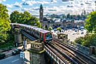 Ein U-Bahnzug vom Typ DT5 auf der Linie U3 an den Landungsbrücken in Hamburg (Tilt-Shift)